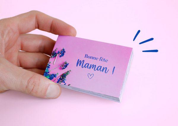 main qui tient un cadeau personnalisé fête des mères rose