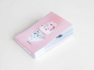 flipbook personnalisable rose avec des coeurs sur fond blanc